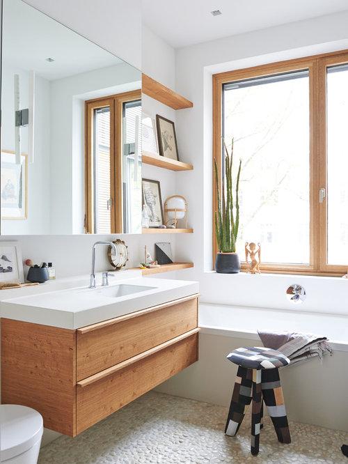 Salles de bains et wc scandinaves avec un placard porte for Baignoire lavabo integre