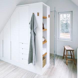 Idéer för ett modernt badrum, med en kantlös dusch, vita väggar, mellanmörkt trägolv, brunt golv och dusch med gångjärnsdörr