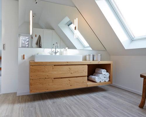 Großes Modernes Badezimmer En Suite Mit Aufsatzwaschbecken, Hellbraunen  Holzschränken, Weißer Wandfarbe, Hellem Holzboden