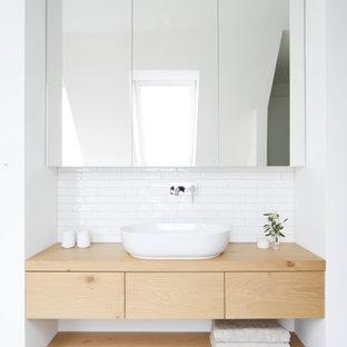 Nordisches Badezimmer mit Einzelwaschbecken und schwebendem Waschtisch in Hamburg