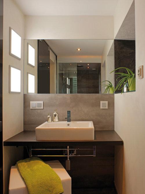 Kleines Modernes Badezimmer Mit Beigefarbenen Fliesen, Beiger Wandfarbe Und  Aufsatzwaschbecken In Sonstige