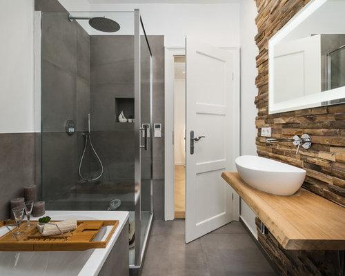 Mittelgroßes Modernes Badezimmer En Suite Mit Einbaubadewanne, Eckdusche, Braunen  Fliesen, Grauen Fliesen,