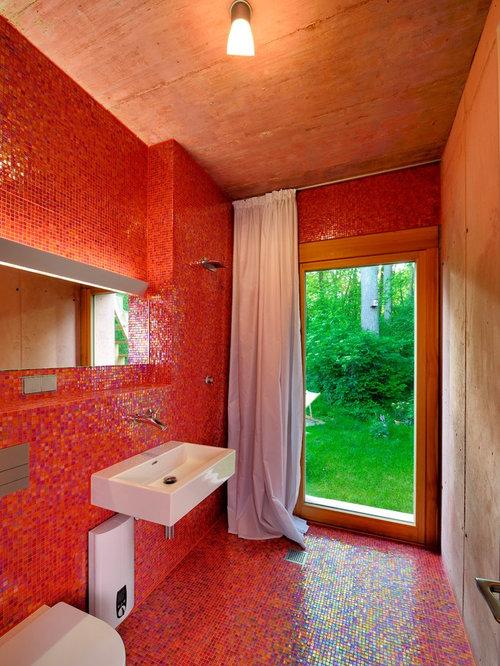 Salle de bain avec un carrelage rouge et un wc suspendu for Carrelage rouge salle de bain