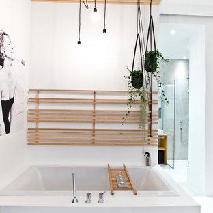 Mittelgroßes Industrial Badezimmer En Suite Mit Einbaubadewanne, Weißer  Wandfarbe, Eckdusche Und Aufsatzwaschbecken In München