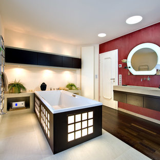 Mittelgroßes Asiatisches Badezimmer En Suite Mit Flächenbündigen  Schrankfronten, Schwarzen Schränken, Freistehender Badewanne, Roter