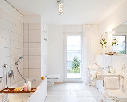 Mittelgroßes Modernes Badezimmer Mit Badewanne In Nische, Wandtoilette,  Weißen Fliesen, Keramikfliesen, Weißer