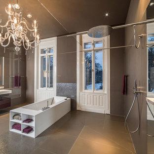 Ispirazione per un'ampia stanza da bagno contemporanea con ante lisce, vasca freestanding, doccia aperta, piastrelle marroni, piastrelle grigie, piastrelle a mosaico, pareti marroni, lavabo sospeso, ante rosse e doccia aperta