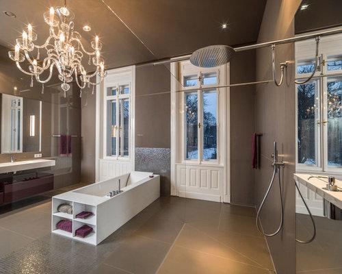 Geräumiges Modernes Badezimmer Mit Flächenbündigen Schrankfronten,  Freistehender Badewanne, Offener Dusche, Braunen Fliesen,
