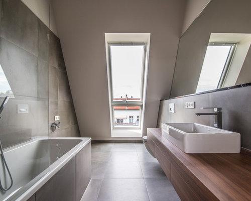 Mittelgroßes Modernes Badezimmer En Suite Mit Flächenbündigen  Schrankfronten, Einbaubadewanne, Braunen Fliesen, Aufsatzwaschbecken,