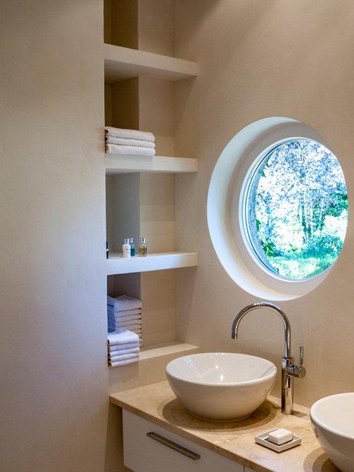 Kleines Modernes Duschbad Mit Beiger Wandfarbe, Aufsatzwaschbecken, Marmor  Waschbecken/Waschtisch Und Bodengleicher