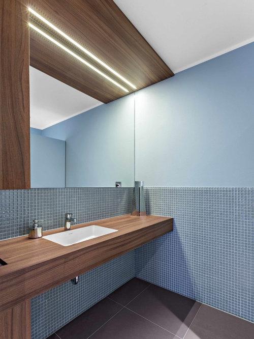 Modernes Badezimmer Mit Blauen Fliesen, Mosaikfliesen, Blauer Wandfarbe,  Unterbauwaschbecken, Waschtisch Aus Holz