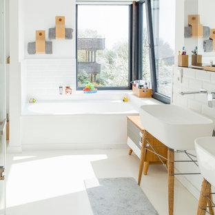 Mittelgroßes Skandinavisches Duschbad Mit Einbaubadewanne, Duschbadewanne,  Weißen Fliesen, Metrofliesen, Weißer Wandfarbe,