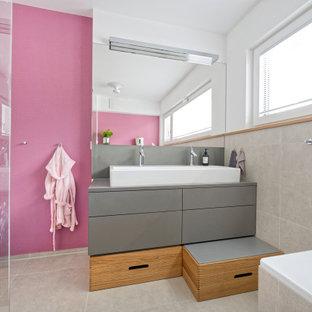 Mittelgroßes Modernes Kinderbad mit flächenbündigen Schrankfronten, grauen Schränken, Einbaubadewanne, Eckdusche, grauen Fliesen, Porzellanfliesen, weißer Wandfarbe, Porzellan-Bodenfliesen, Trogwaschbecken, grauem Boden und grauer Waschtischplatte in München