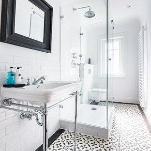Создайте стильный интерьер: маленькая ванная комната в классическом стиле с раздельным унитазом, белыми стенами, полом из керамической плитки, душевой кабиной, столешницей из нержавеющей стали, врезной раковиной, черно-белой плиткой и плиткой кабанчик - последний тренд