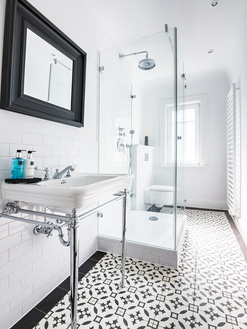 Kleines Klassisches Duschbad Mit Wandtoilette Mit Spülkasten, Weißer  Wandfarbe, Keramikboden, Edelstahl Waschbecken