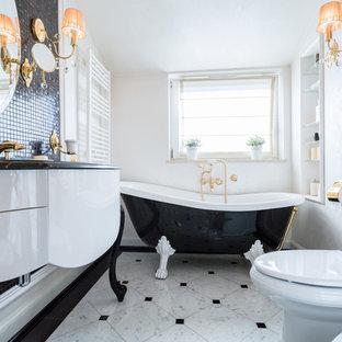 Стильный дизайн: маленькая ванная комната в классическом стиле с плиткой мозаикой, белыми стенами, черно-белой плиткой, плоскими фасадами, белыми фасадами, ванной на ножках, монолитной раковиной, мраморной столешницей и унитазом-моноблоком - последний тренд