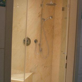 Foto di una piccola stanza da bagno con doccia design con ante lisce, ante bianche, doccia a filo pavimento, WC sospeso, piastrelle rosa, piastrelle in ceramica, pareti rosa, pavimento in marmo, lavabo integrato, top in marmo, pavimento rosa, porta doccia a battente e top rosa
