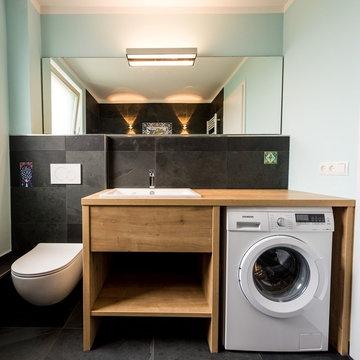 Kleines Bad mit Waschmaschine und handbemalten Fliesen