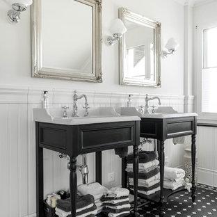 Mittelgroßes Klassisches Badezimmer mit Schrankfronten mit vertiefter Füllung, schwarzen Schränken, weißer Wandfarbe, Keramikboden, Einbauwaschbecken, Quarzwerkstein-Waschtisch und schwarzem Boden in München