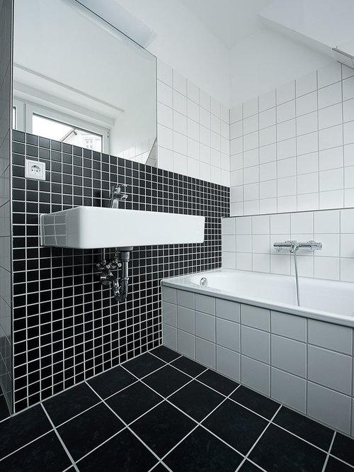 badezimmer mit badewanne in nische und schwarz wei en fliesen ideen beispiele f r die. Black Bedroom Furniture Sets. Home Design Ideas
