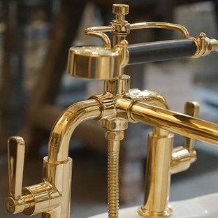 Ispirazione per una stanza da bagno industriale con vasca freestanding, piastrelle a specchio, pareti bianche, pavimento in cemento, lavabo a bacinella, top in legno, pavimento grigio e top marrone