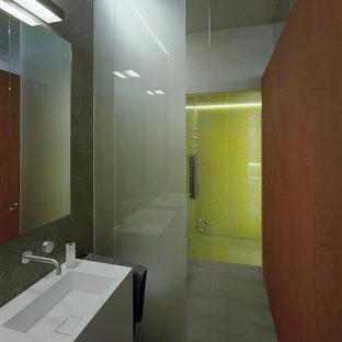 Неиссякаемый источник вдохновения для домашнего уюта: ванная комната в стиле лофт с монолитной раковиной, белыми фасадами, душем в нише, серой плиткой, зеленой плиткой, плиткой мозаикой, серыми стенами и душевой кабиной