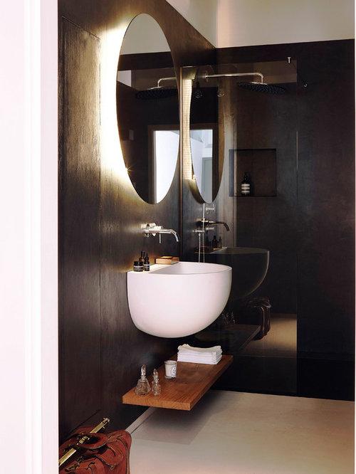 Kleines Mid Century Duschbad Mit Offenen Schränken, Braunen Schränken,  Bodengleicher Dusche, Schwarzen