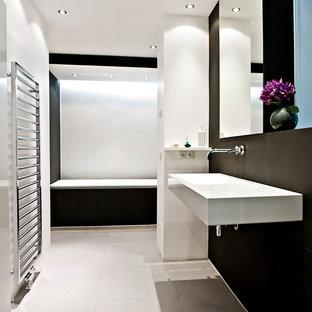 Mittelgroßes Modernes Badezimmer mit Badewanne in Nische, schwarzer Wandfarbe, Keramikboden, Wandwaschbecken und beigem Boden in Hamburg