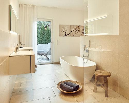 Wunderbar Mittelgroßes Nordisches Duschbad Mit Flächenbündigen Schrankfronten, Weißen  Schränken, Freistehender Badewanne, Offener Dusche,