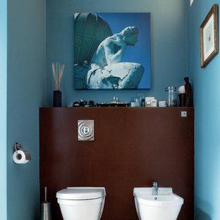 Idee per una stanza da bagno padronale contemporanea di medie dimensioni con lavabo da incasso, nessun'anta, top in marmo, vasca freestanding, doccia alcova, WC sospeso, piastrelle bianche, piastrelle a mosaico, pareti blu e pavimento in pietra calcarea