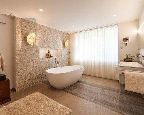 Mittelgroßes Asiatisches Badezimmer En Suite Mit Freistehender Badewanne,  Beigefarbenen Fliesen, Beiger Wandfarbe, Einbauwaschbecken