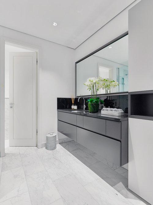 Mittelgroßes Modernes Badezimmer Mit Flächenbündigen Schrankfronten, Grauen  Schränken, Weißer Wandfarbe, Marmorboden, Integriertem