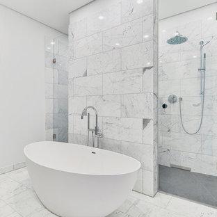 Mittelgroßes Modernes Badezimmer En Suite mit freistehender Badewanne, offener Dusche, weißen Fliesen, Marmorfliesen, weißer Wandfarbe, Marmorboden und weißem Boden in Berlin