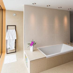 Großes Modernes Badezimmer mit Aufsatzwaschbecken, Einbaubadewanne, bodengleicher Dusche, beigefarbenen Fliesen, Steinfliesen, beiger Wandfarbe und Travertin in Sonstige