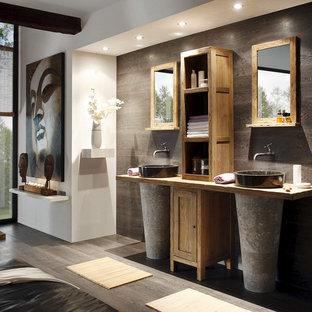 Ejemplo de cuarto de baño de estilo zen, de tamaño medio, con armarios con rebordes decorativos, puertas de armario de madera oscura, suelo de madera oscura, lavabo sobreencimera y encimera de madera