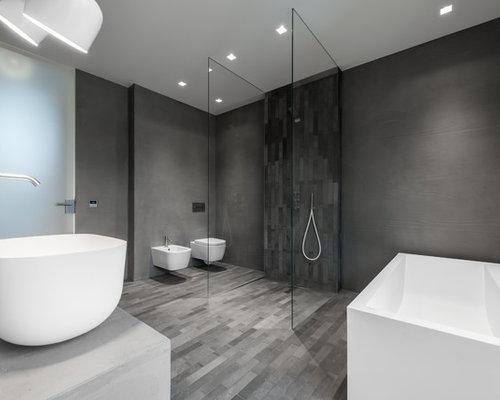 Großes Modernes Duschbad Mit Freistehender Badewanne, Bodengleicher Dusche,  Wandtoilette, Grauen Fliesen, Grauer