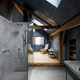Großes Modernes Duschbad mit offener Dusche, blauer Wandfarbe, Betonboden, Sockelwaschbecken, grauem Boden und offener Dusche in München