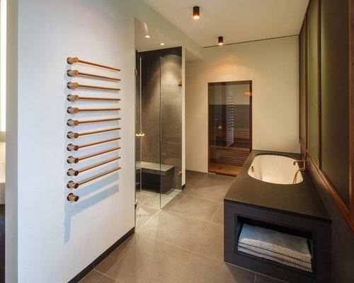 Mittelgroßes Modernes Duschbad Mit Einbaubadewanne, Flächenbündigen  Schrankfronten, Grauen Schränken, Bodengleicher Dusche, Wandtoilette