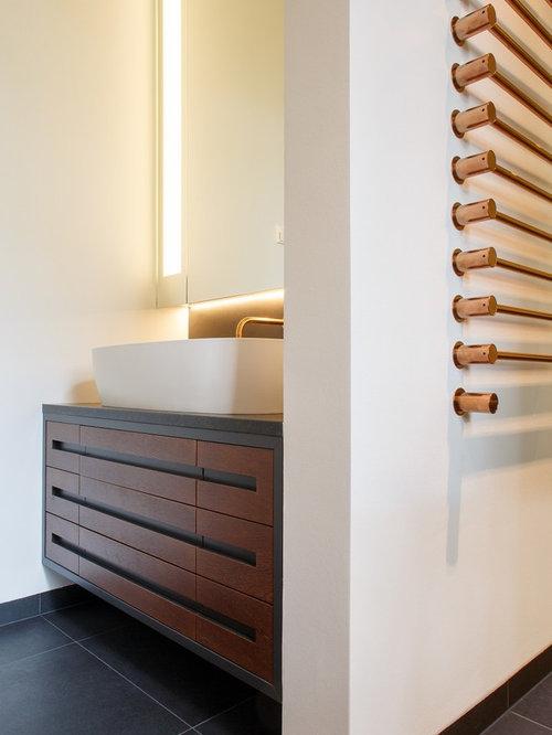 Mittelgroßes Modernes Badezimmer En Suite Mit Aufsatzwaschbecken, Schwarzen  Fliesen, Weißer Wandfarbe, Profilierten Schrankfronten