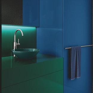 Ejemplo de cuarto de baño con ducha, minimalista, de tamaño medio, con armarios con paneles lisos, puertas de armario verdes, ducha abierta, baldosas y/o azulejos grises, baldosas y/o azulejos en mosaico, paredes grises, lavabo sobreencimera, encimera de madera y encimeras verdes
