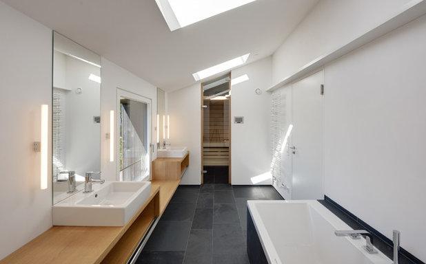 Contemporary Badrum by Möhring Architekten