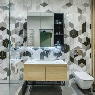 Modernes Badezimmer En Suite mit flächenbündigen Schrankfronten, hellen Holzschränken, offener Dusche, Wandtoilette, grauen Fliesen, weißen Fliesen, weißer Wandfarbe, Betonboden, Unterbauwaschbecken, grauem Boden, offener Dusche und weißer Waschtischplatte in Berlin