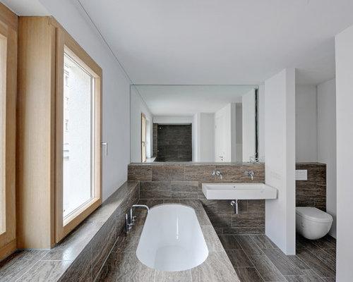 Kleines Modernes Badezimmer Mit Einbaubadewanne, Wandtoilette, Braunen  Fliesen, Steinfliesen, Weißer Wandfarbe Und