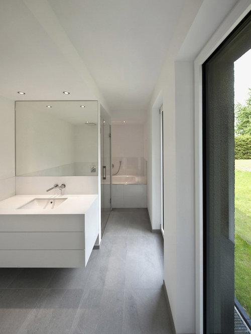 Große Moderne Badezimmer Mit Flächenbündigen Schrankfronten, Weißen  Schränken, Badewanne In Nische, Bodengleicher Dusche