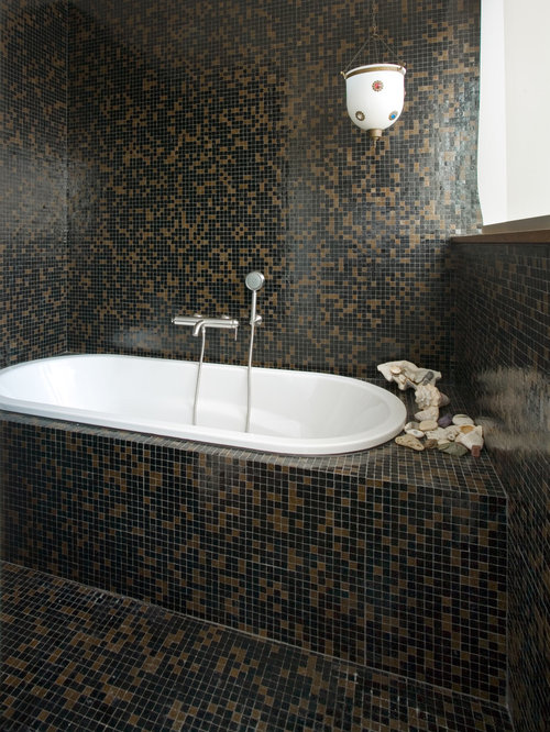 badezimmer mit mosaik bodenfliesen und braunen fliesen design ideen beispiele f r die. Black Bedroom Furniture Sets. Home Design Ideas