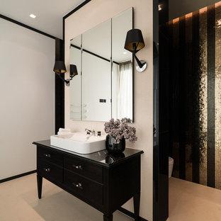 Mittelgroßes Modernes Badezimmer mit schwarzen Schränken, Wandtoilette, gelben Fliesen, schwarzen Fliesen, weißer Wandfarbe, Aufsatzwaschbecken, beigem Boden, schwarzer Waschtischplatte und flächenbündigen Schrankfronten in München