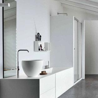 Großes Modernes Badezimmer mit flächenbündigen Schrankfronten, weißen Schränken, Badewanne in Nische, weißer Wandfarbe, Aufsatzwaschbecken, grauem Boden, weißer Waschtischplatte, Einzelwaschbecken und eingebautem Waschtisch in Köln