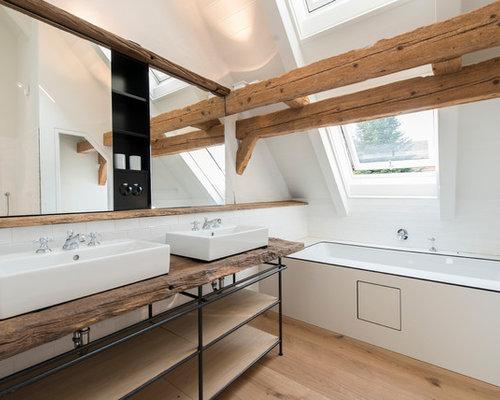 Großes Modernes Badezimmer Mit Aufsatzwaschbecken, Badewanne In Nische,  Offenen Schränken, Offener Dusche,