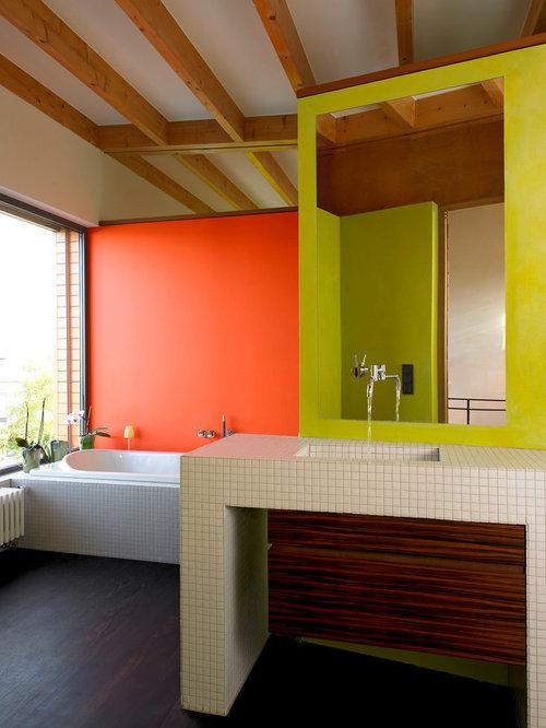 Mittelgroßes Modernes Badezimmer Mit Flächenbündigen Schrankfronten,  Dunklen Holzschränken, Beigefarbenen Fliesen, Mosaikfliesen, Bunten