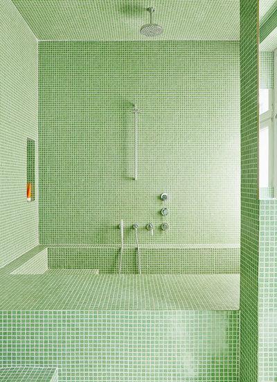 Mosaici monocromatici: 12 bagni dai riflessi cangianti